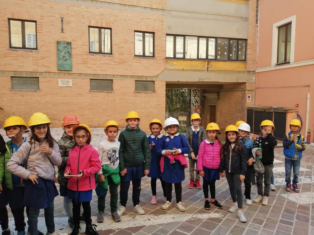 Alcuni studenti davanti all'ex scuola Ugo Betti, oggi inagibile (foto d'archivio)