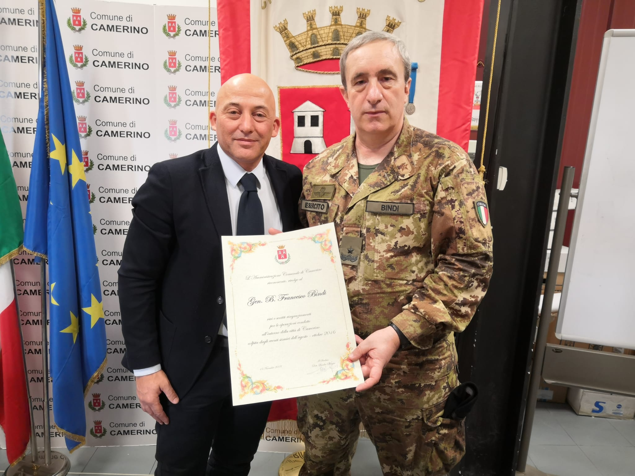 Il sindaco Sandro Sborgia con l'Esercito (2)