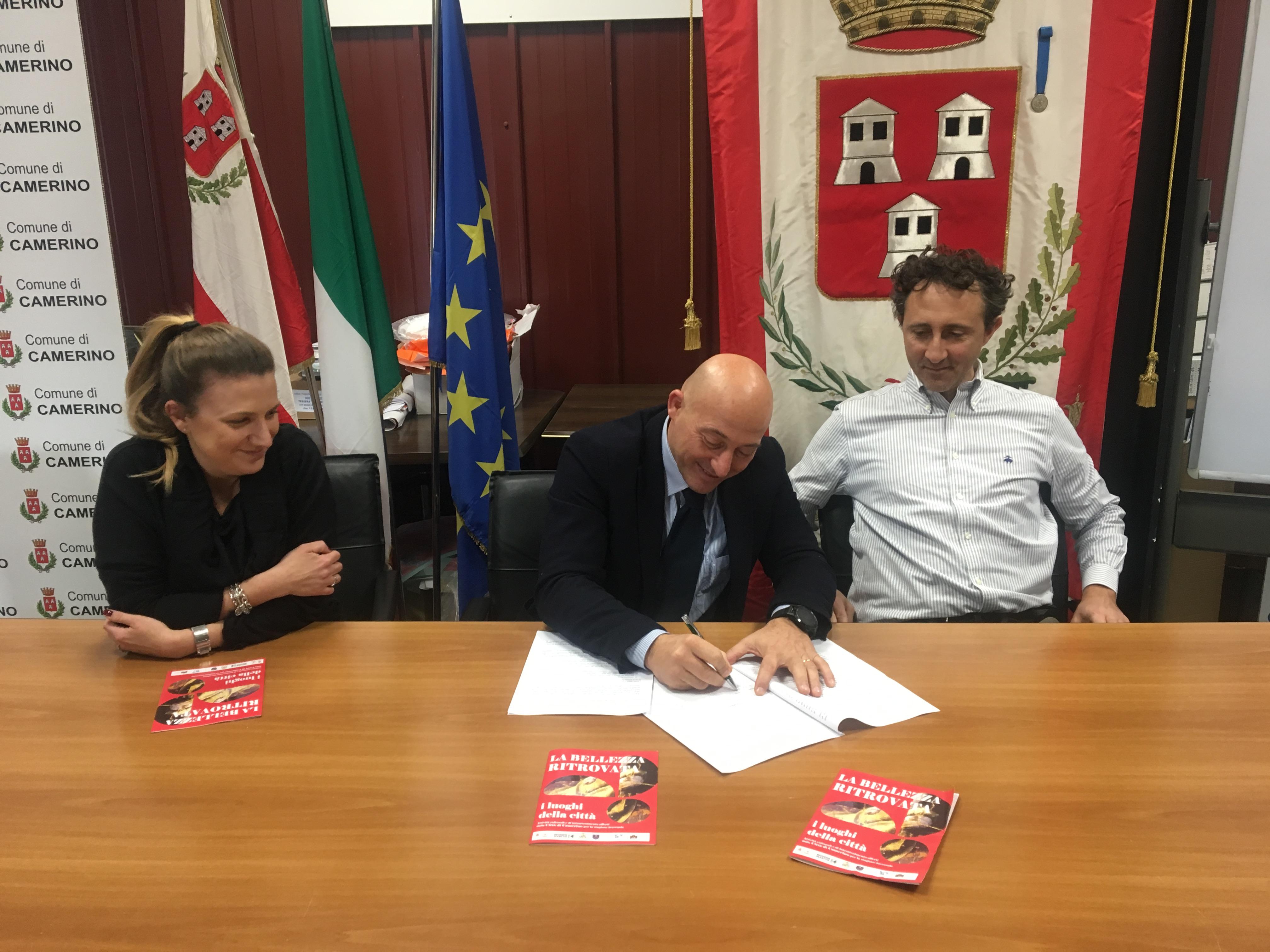 Il sindaco Sandro Sborgia, il presidente SlowFood Marche Ugo Pazzi, l'assessore alla cultura e turismo Giovanna Sartori