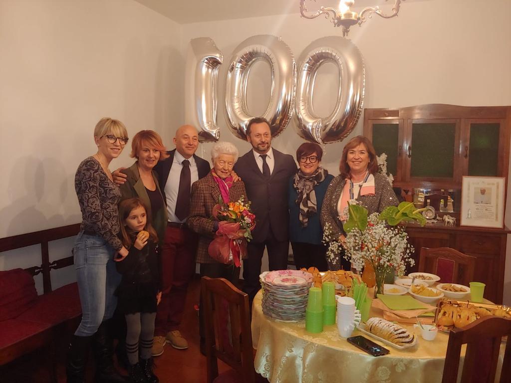 Nicolina Moneta con i suoi cari, il sindac Sborgia, l'assessore Sfascia e la segretaria del Comune di Camerino Alessandra Secondari